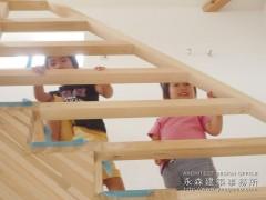 階段からチラッ2