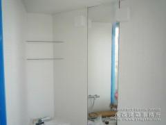 2種類の白いモザイクタイルと鏡