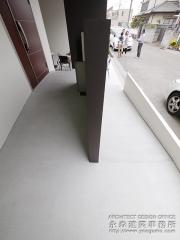 車椅子対応のスロープによる玄関へのアクセス2
