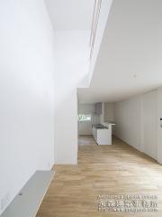 針葉樹合板とナラ材を使用したメリハリのある空間