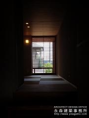 玄関の土間空間から和室を通してみる風景