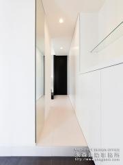 真っ白な廊下空間