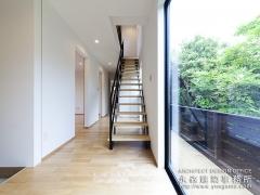 玄関を入ってすぐの明るい階段空間!