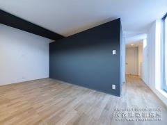 白と黒の壁紙でシンプルな空間