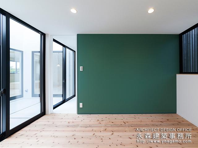 緑色のクロスが印象的な部屋