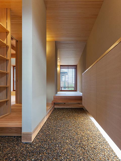けやきの式台、スギの床板、ヒノキの天井の材料を使用した玄関土間