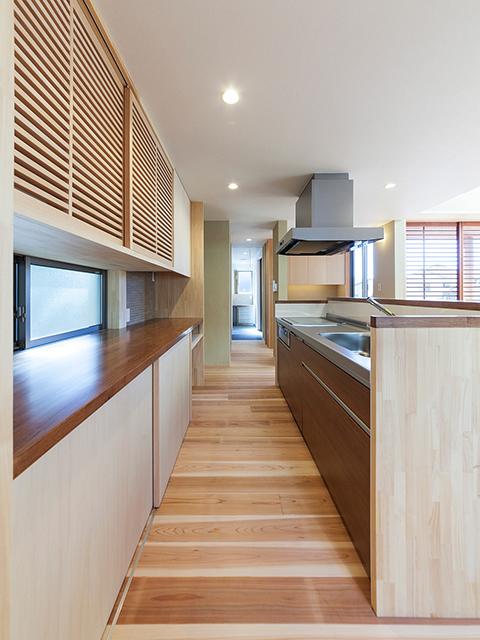 キッチンから洗面室への家事動線は一直線!