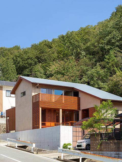 丘陵地に建つ和風住宅