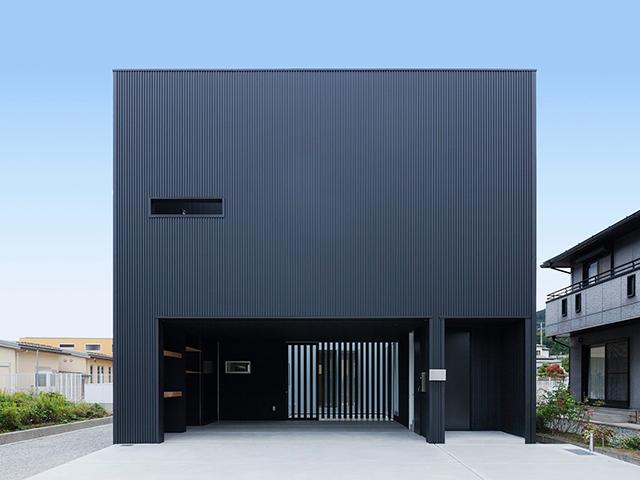 中庭を持つ黒いキューブの家