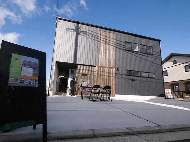 オープンハウス:『黒のガルバで覆われた片流れの家』一日目1