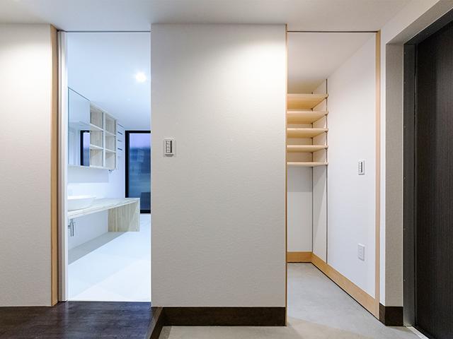 玄関ホールのすぐ横に洗面室を配置!