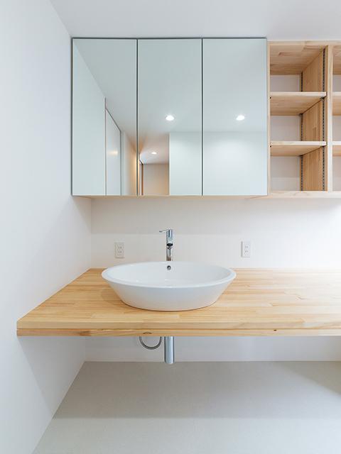 シンプルだけど収納力たっぷりな洗面台!