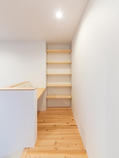ちょっとしたスペースを有効活用した造り付け家具の棚!
