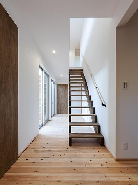 階段と扉の色を統一!