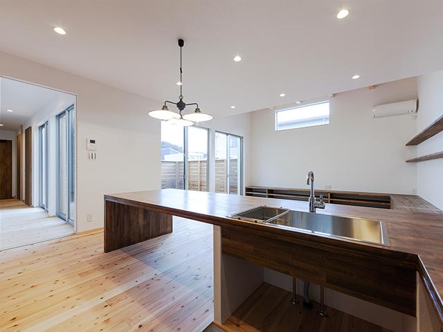 キッチンから玄関とリビングが視界良好!