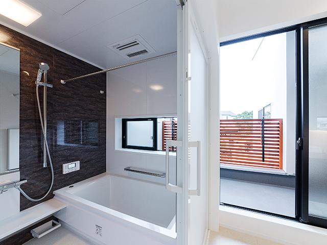 ベランダに隣接した浴室!