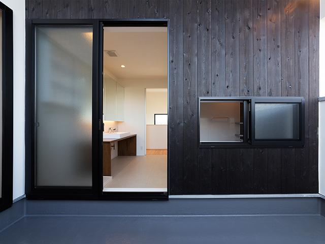 洗面室と浴室がベランダと隣接していると何かと便利!