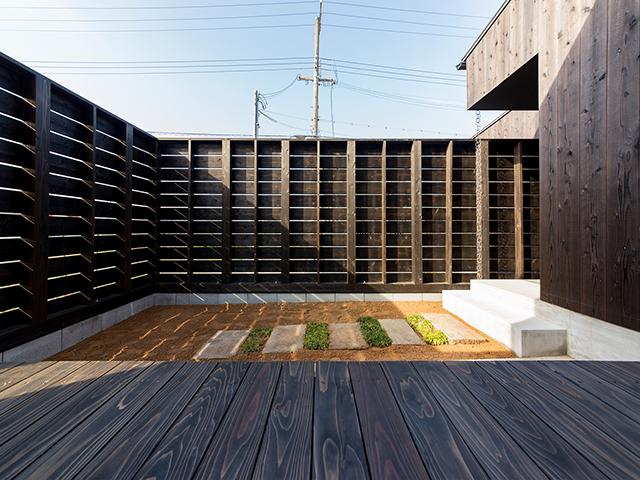 木製塀に囲まれた庭!