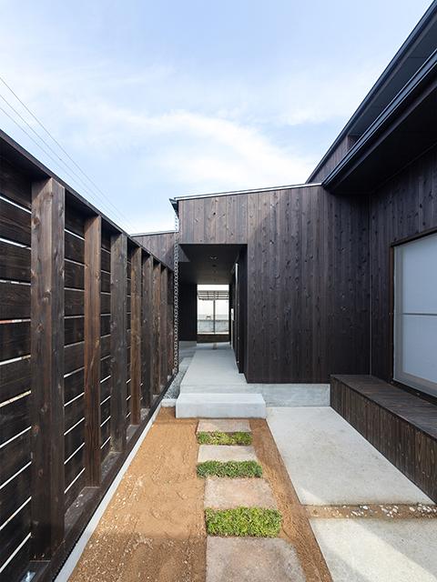 玄関のすぐ横にある木製塀に囲まれた庭!