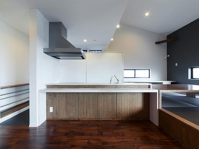 高さを揃えたキッチンカウンターと座敷机!