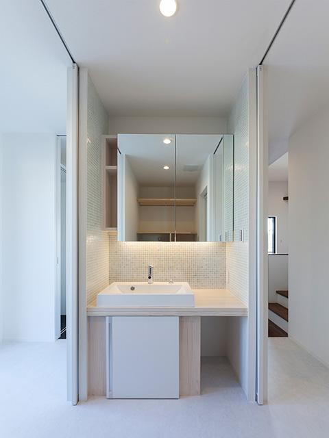 キッチン横に洗面室、浴室などを配置し家事動線をコンパクト!