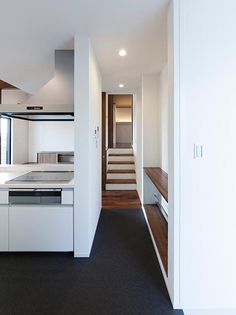 キッチン横には回遊性のある水廻り空間!