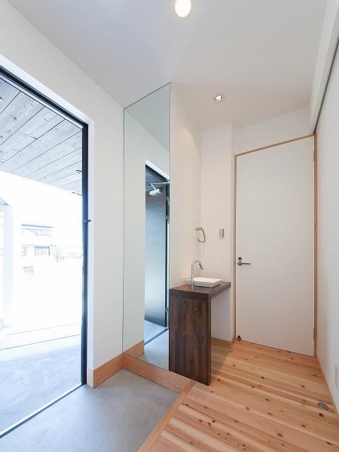 玄関ホールに設けた洗面台と全身鏡!