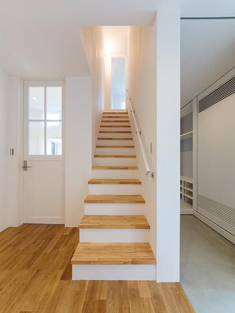 リビング、2階、キッチンへのアクセスが抜群の玄関ホール!