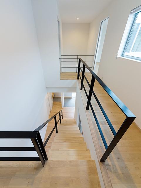 アイアンの手摺でデザインされた階段2