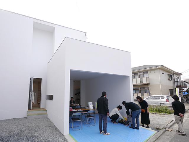 「片流れ屋根の白い家」オープンハウス1