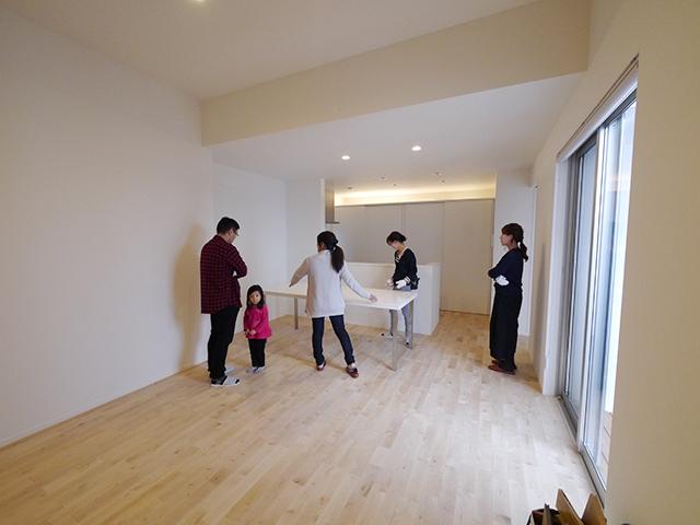 「片流れ屋根の白い家」オープンハウス2