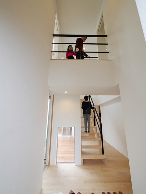 「片流れ屋根の白い家」オープンハウス3