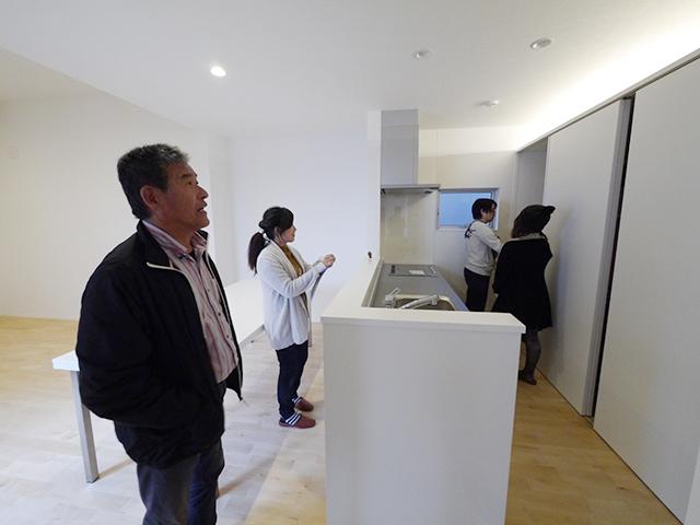「片流れ屋根の白い家」オープンハウス4