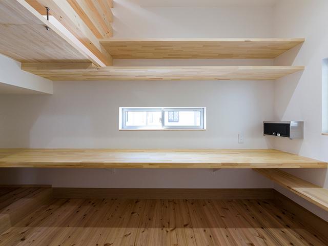 造り付けの広い机!