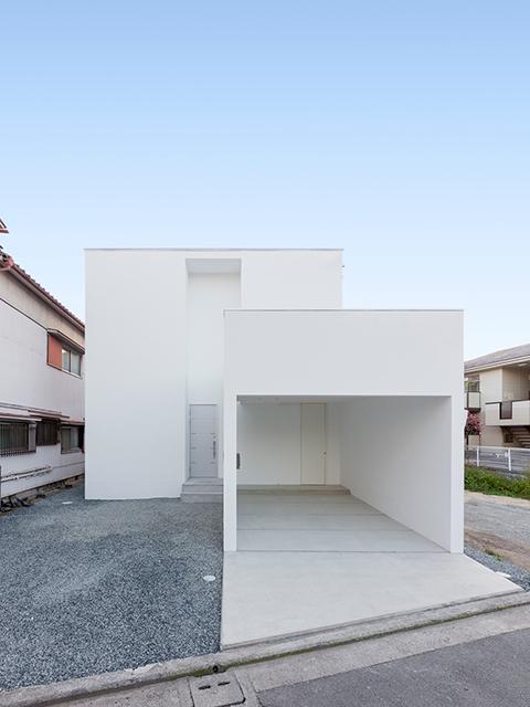 片流れ屋根の白い家 昼景