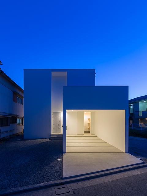 片流れ屋根の白い家 夕景