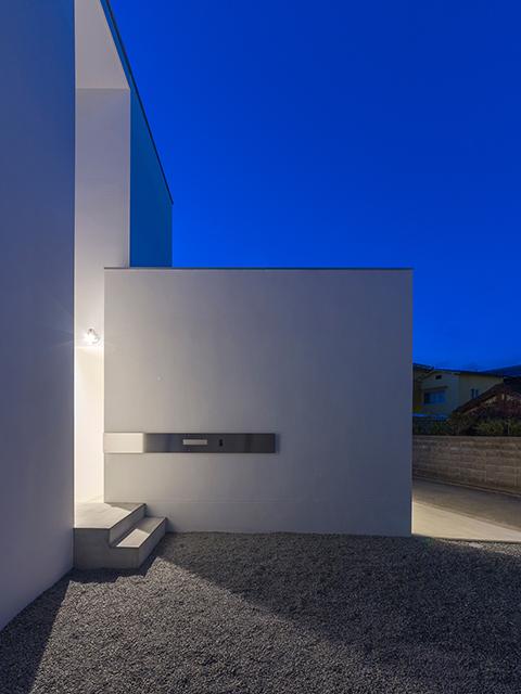 車庫の壁が演出する玄関アプローチ!