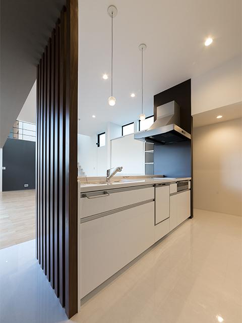 リビング天井5m、キッチン天井3mの大空間3