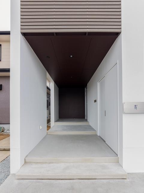 広い外部倉庫を設けた玄関アプローチ!1