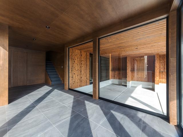 2台分のビルトインガレージを眺めることが出来るタイル張りの玄関ホール!