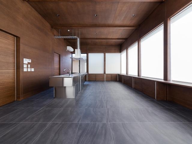 高さ3.5m、広さ30帖の広々とした2階リビング・ダイニング・キッチン(LDK)空間!