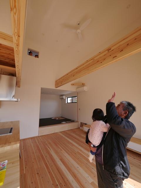 1階と2階をつなぐ小窓!