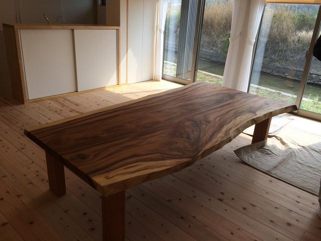 モンキーポッドの木で出来たダイニングテーブル!1