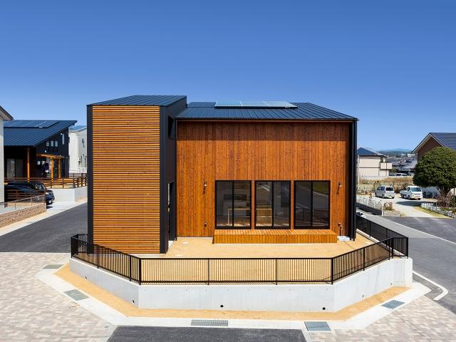 黒いガルバリウム鋼鈑と明るい焼き板でコントラストのある外観の家!昼景