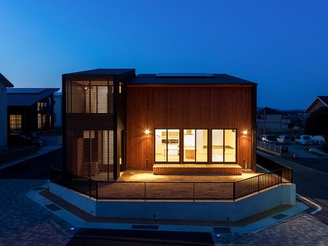 黒いガルバリウム鋼鈑と明るい焼き板でコントラストのある外観の家!夕景