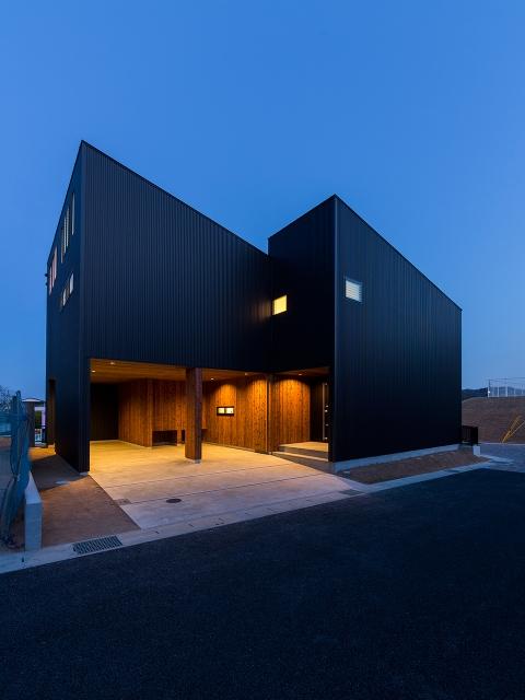 太陽光発電を考慮し、南に片流れの屋根の家!夕景