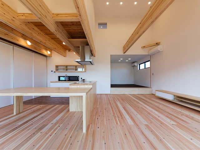 40cmの段差をつけたリビングに隣接した和室がある大空間!