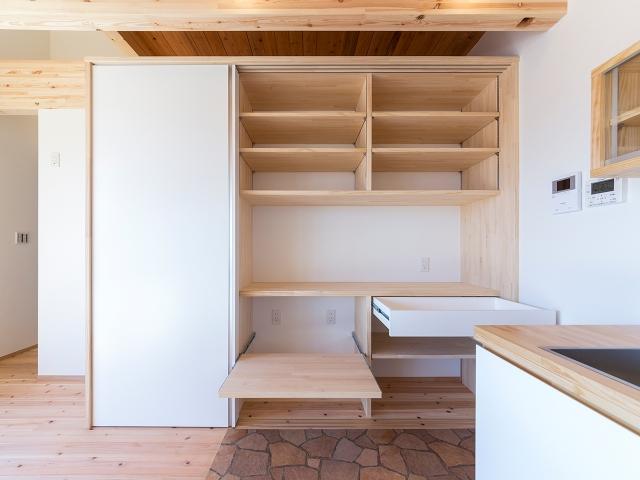 大容量の造り付けキッチン棚!