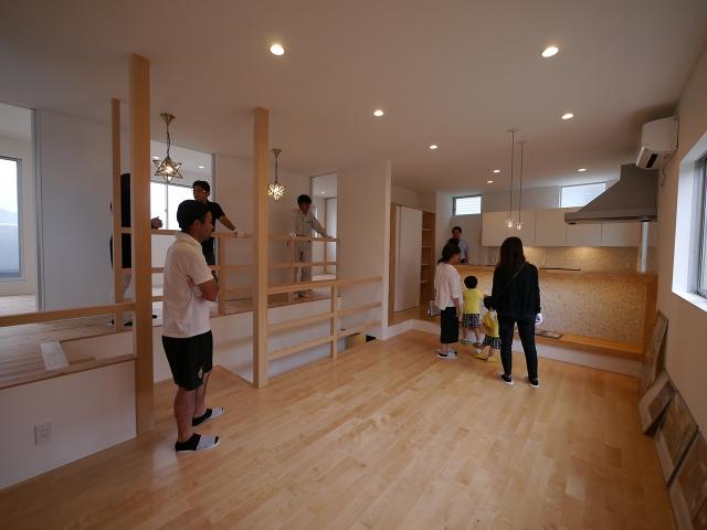 「焼板を活かしたモダンな家」オープンハウス1