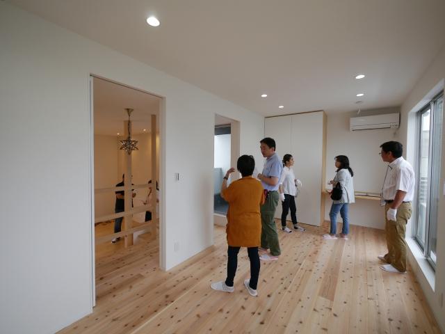 「焼板を活かしたモダンな家」オープンハウス2